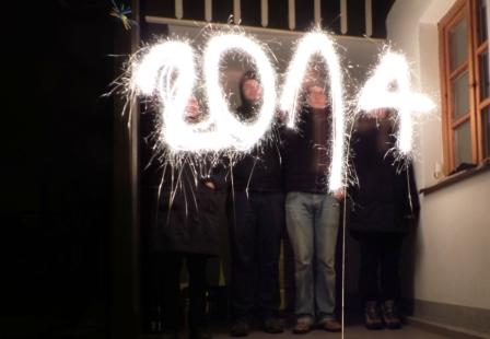 Wieder läuft ein neues Jahr keiner der Zuhause war mit Krach und Sekt wird es begrüßt